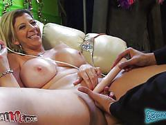 Sexy milf sara jay goes for the squirt