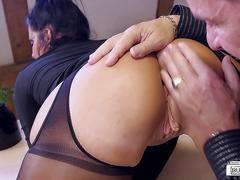 Bums buero - geile deutsche sekretarin mit echten dicken titten fickt mit ihrem boss