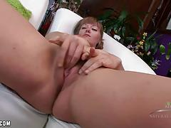 Amateur babe toys her pussy