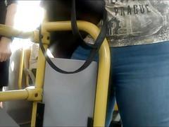 Figa appoggiata...sul bus..e bel culo..