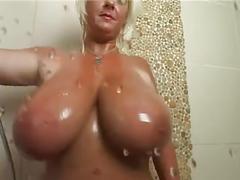 Milf tettona sotto la doccia