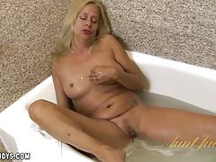 Payton leigh plays alone in the tub