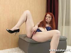 Randy redhead vibes her warm pussy
