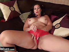 Mature bbw rubs her warm pussy