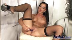 Stunning larissa fists her orgasmic pussy