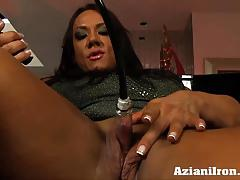 Milf strong girl amber pumps at her big clit