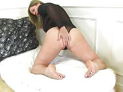 Mature nylon-clad beauty plays with her old, wet snatch