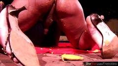 Round boobs t-girl squeezes mango in her ass and jerks off
