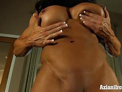 Muscle bound milf uses her glass dildo to orgasm