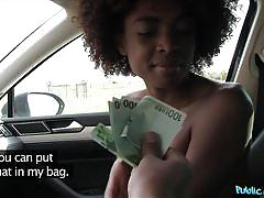 Ebony cutie wanks in the car for euros