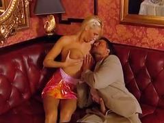 Couple fucks hard on couch - ehepaar fickt auf der couch