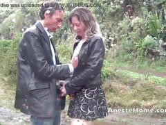 Cam direct voyeur baise sous la pluie avec un couple amateur