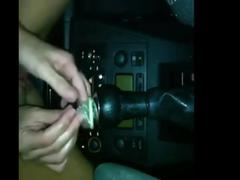 Seule dans la voiture elle baise la boite de vitesse
