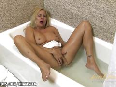 Payton leigh bathes while playing with her pussy