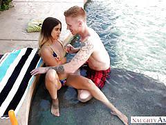 Cute bikini babe loves the cunnilingus by the water
