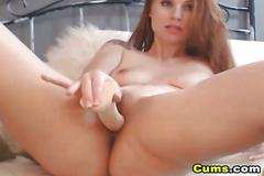 Fat ass babe masturbating her pussy on webcam