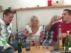 Partying guys lure old blonde into threesome