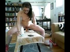 Jeune esclave sexuelle entrainant son trou du cul