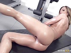 Smashing the lubed pussy of sexy nina dolci