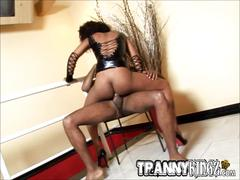 Black tranny sucks a fat cock