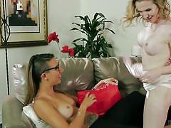 Blonde tranny gets a taste of pussy