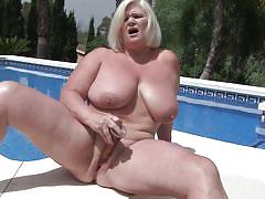 Saggy boobs and a dildo in her mature cunt
