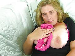 Mature lady makes herself cum