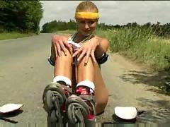 Rollergirl masturbates outdoor