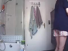 Schwester im bad heimlich gefilmt