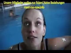 Michaela blaest und schluckt im schwimmbad