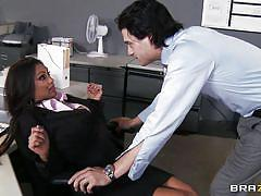 Black hot babe gets her pussy licked at work