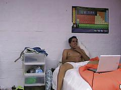 Dude wanking while watching porn