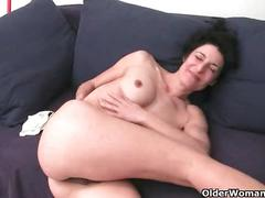 Mature mom gives her hairy pussy a treat