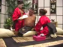 Two japanese women sexing with lucky dude