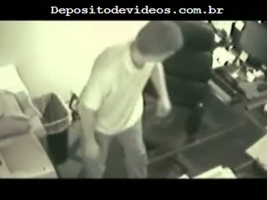 Camera escondida flagra sexo no escritorio, a secretaria eh gostosa
