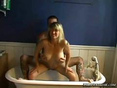Amateur fucking in bathtub with tattoo guy