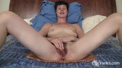 Short haired quinn fingering her hairy snatch