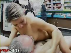 Viejo follando con jovencita rubia española