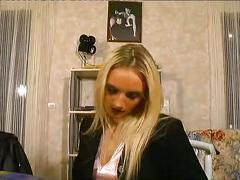 Une jeunette blonde s exhibe devant papy