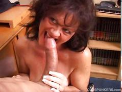 Gorgeous mature babe gives a hot blowjob lesson