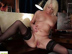 Amber jewel fingers her older twat
