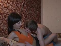 Morena delgadita follando en casa - mas porno casero en miracomofollo.com