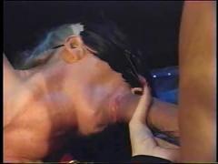 Mulher mascara cama sado
