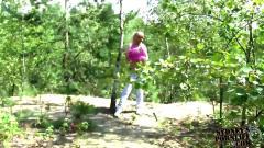 Hot amateur girlfriend blows his boyfriend outdoors !!