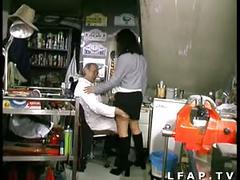Libertine francaise prise dans un gangbang avec papy