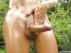 Oiled up shemale masturbates outside