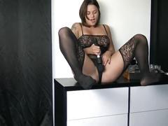 Jeune fille brune utilise les sex toys pornhub pour éjaculer -vic alouqua