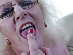 Mature claire knight loves to finger herself