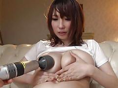 Milf cums thanks to a vibrator